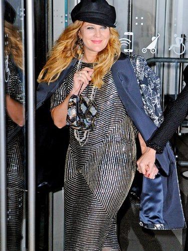 Drew Barrymore pasea con un outfit muy cargado