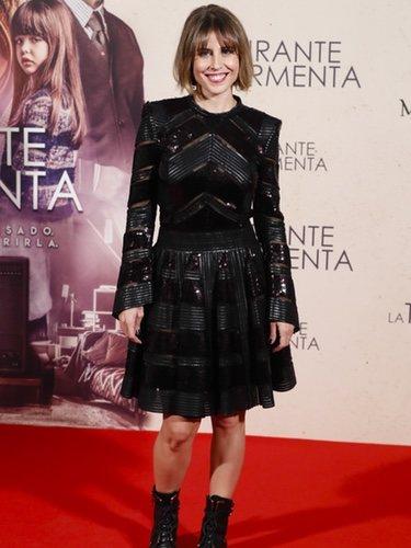 Ruth Llopis posa con un vestido negro metalizado en la premiere 'Durante la tormenta'
