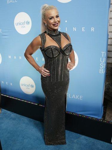 Dana Brooke luce un vestido de tachuelas en la Gala 'Snowflake' de Unicef