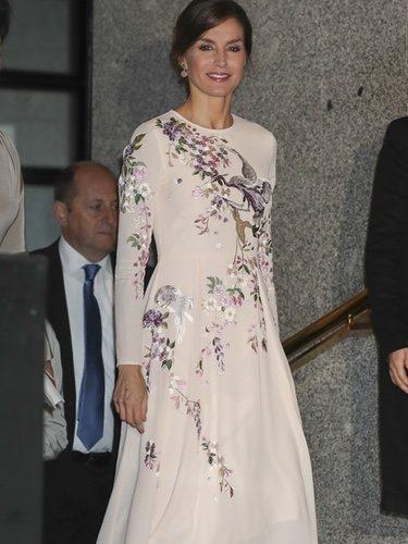 La Reina Letizia posa con un vestido midi rosa en el Palacio Real