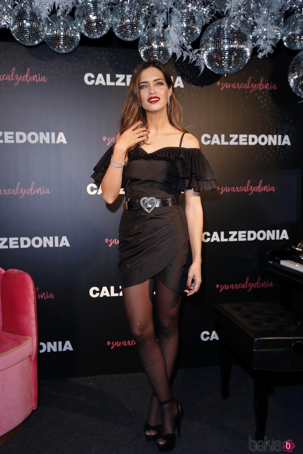 Sara Carbonero presenta la nueva colección de Calzedonia con un look total black