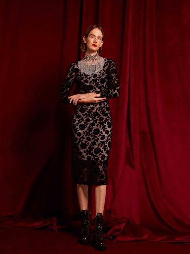 Vestido de rosas negras de terciopelo de la colección de Navidad 2018 de Uterqüe