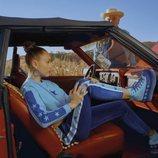 Miley Cyrus posando con el chándal y las zapatillas de la su tercera colección con Converse
