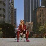 Miley Cyrus con un chándal de terciopelo granate de su tercera colección para Converse
