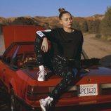 Miley Cyrus con un chándal de la tercera colección que ha hecho para Converse