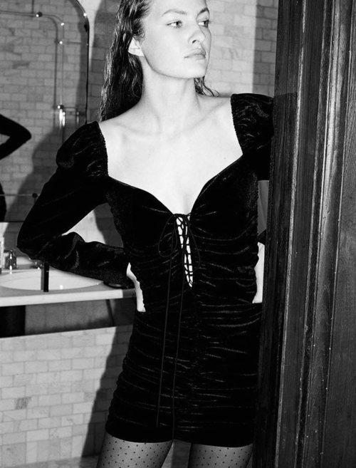 Mini vestido negro de terciopelo de la colección 'Zara Night Fever'