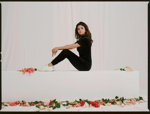 Selena Gomez con un chándal negro de la colección Puma x Selena Gomez