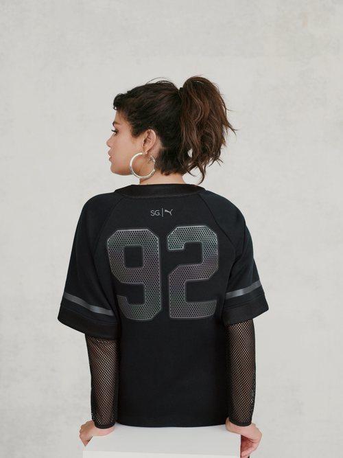Selena Gomez con una camiseta deportiva negra de la colección de Puma x Selena Gomez