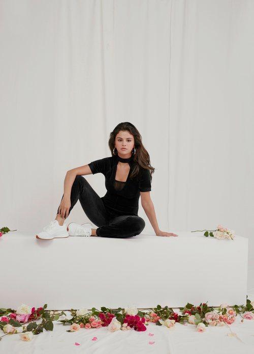 Selena Gomez con un chándal de terciopelo negro de la colección de Puma x Selena Gomez