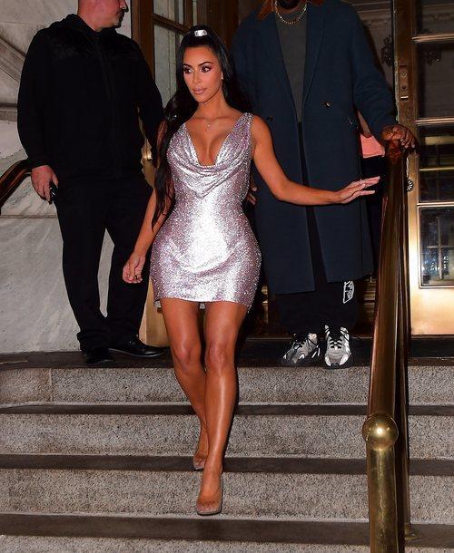 Kim Kardashian apuesta por un mini vestido glitter