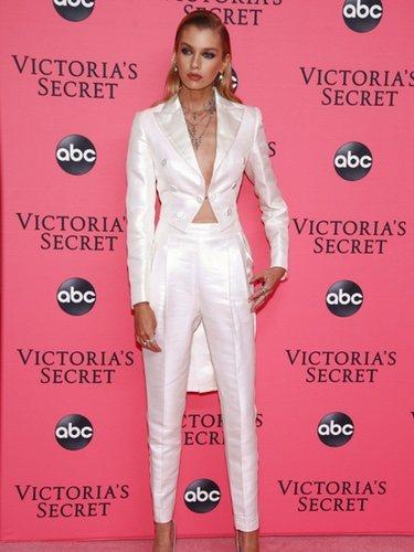 Stella Maxwell apuesta por un total white para la fiesta de Victoria's Secret 2018