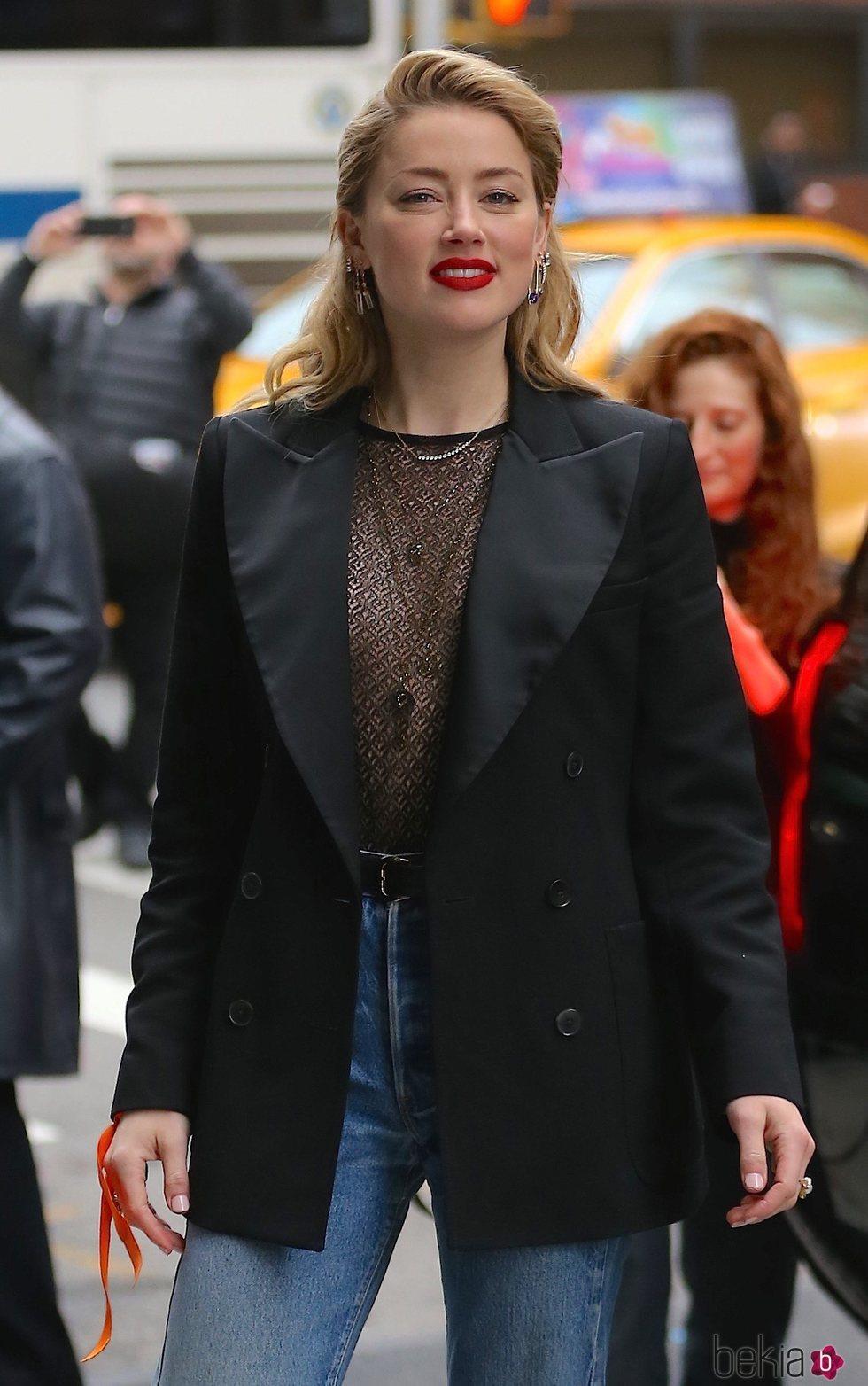 Amber Heard posa con un look elegante con vaqueros en Nueva York