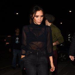Victoria Beckham apuesta por las transparencias para salir a cenar en Londres