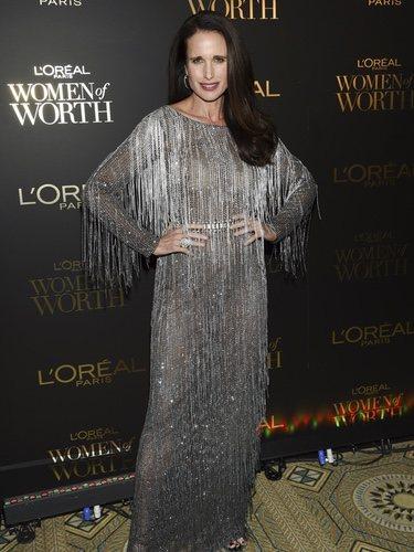 Andie MacDowell luce un vestido plateado de flecos en los premios Loreal Woman