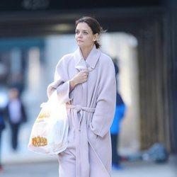 Katie Holmes pasea con un abrigo de paño en Nueva York