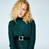Modelo posando con un jersey verde de la colección 'animal print' otoño/invierno 2018/2019 de Sfera