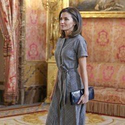 La Reina Letizia lució un vestido gris en el encuentro con la Fundación Princesa de Girona