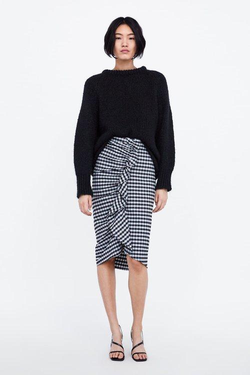 Modelo con una falda de cuadros de la nueva colección de Zara 2018