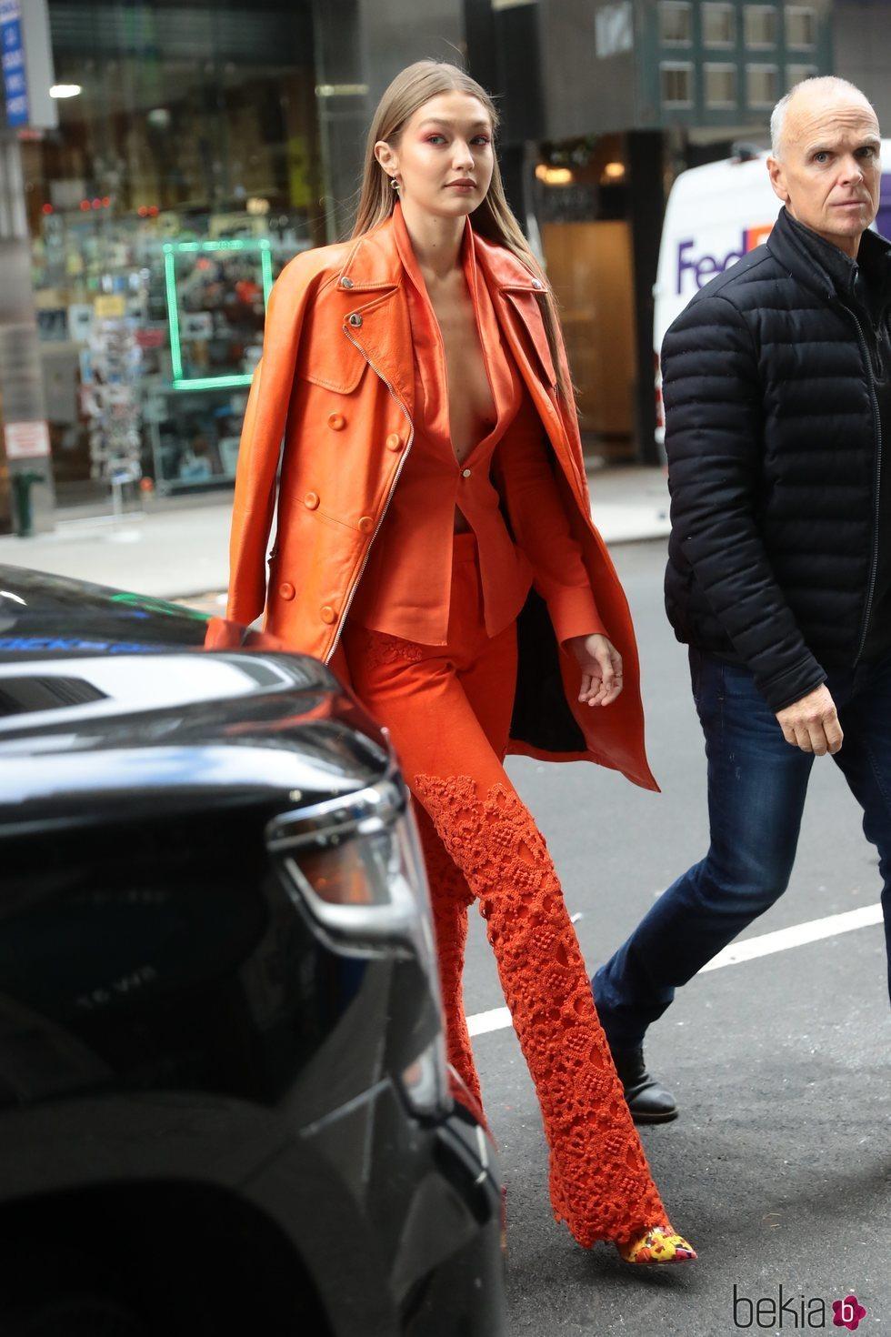 Gigi Hadid luce un total look naranja neón por las calles de Nueva York