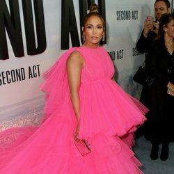 Jennifer Lopez posa con un vestido rosa pomposo en la premiere de 'Second Act'