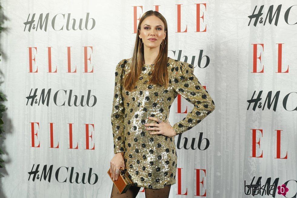 Helen Lindes posa con un mini vestido brillante para la gala 'Elle Christmas Party'