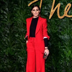 Olivia Palermo posa en los British Fashion Awards 2018 con un traje rojo