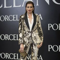 Nieves Álvarez posa con un esmoquin dorado en la presentación de Porcelanosa