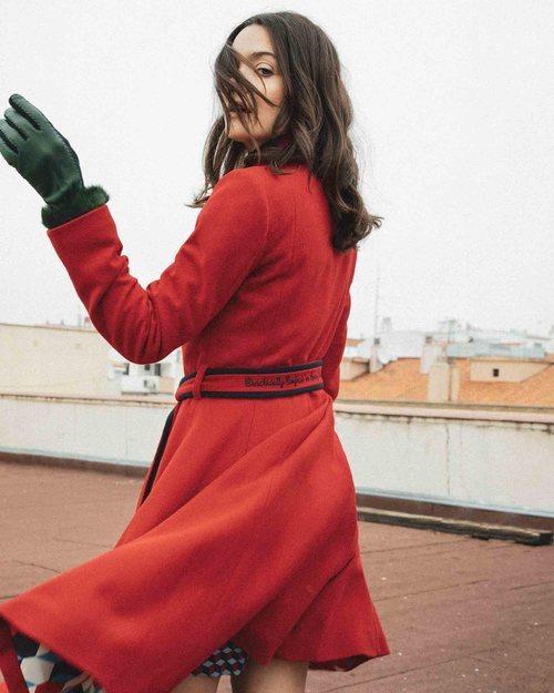 Ana Rujas posando con el abrigo rojo de Mary Poopins por El Ganso 2018