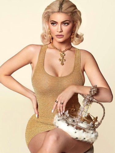 Kylie Jenner con un vestido dorado posando para su calendario 2019