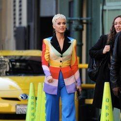 Katy Perry lució un traje multicolor a su llegada a los 'American Idol'