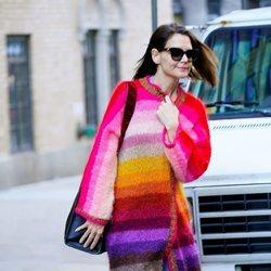 Katie Holmes pasea con un abrigo multicolor en Nueva York