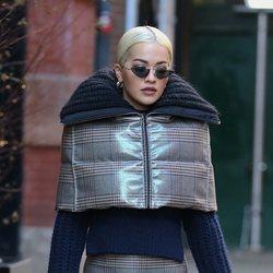 Rita Ora apuesta por un look a cuadros muy abrigado