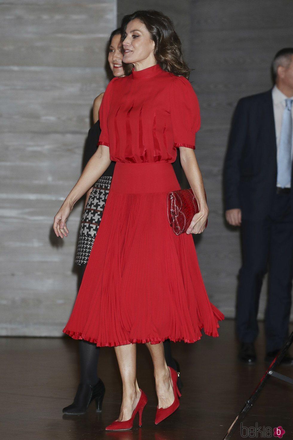 La Reina Letizia elige un total look red para los Premios Nacionales de la Industria de la Moda