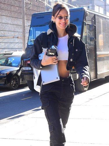 Bella Hadid pasea con un look muy casual por Nueva York
