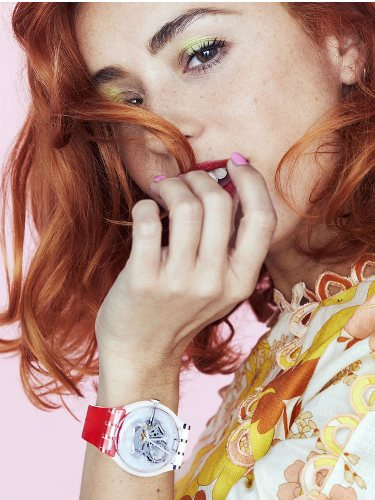 Miranda Makanoff luciendo un reloj de Swacth 2018