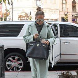 Jennifer Lopez apuesta por un abrigo de paño en color pastel