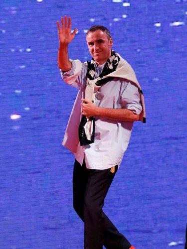 Raf Simons con una camisa blanca en el desfile de Calvin Klein