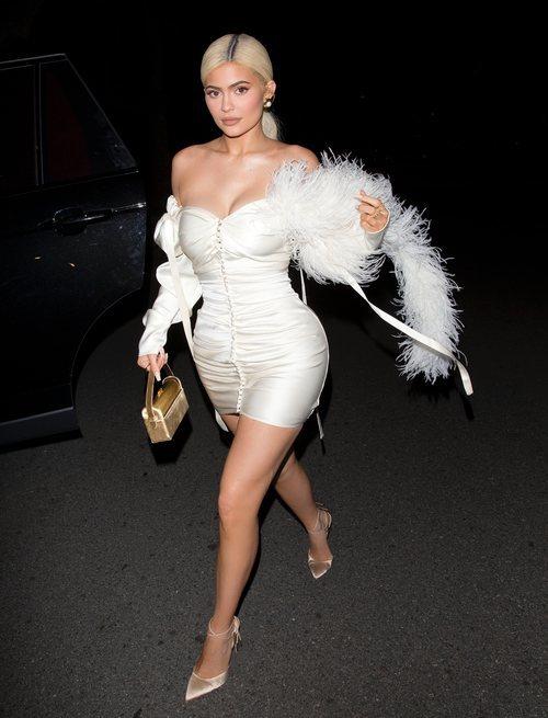 Kylie Jenner posa deslumbrante con un mini vestido blanco