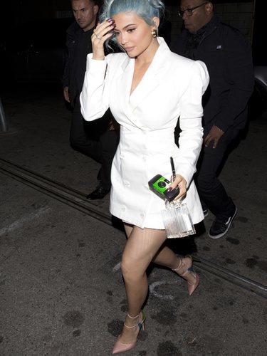 Kylie Jenner con un minivestido americana blanco en la fiesta de Nochevieja