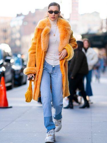 Bella Hadid con un abrigo amarillo por la calles de Nueva York
