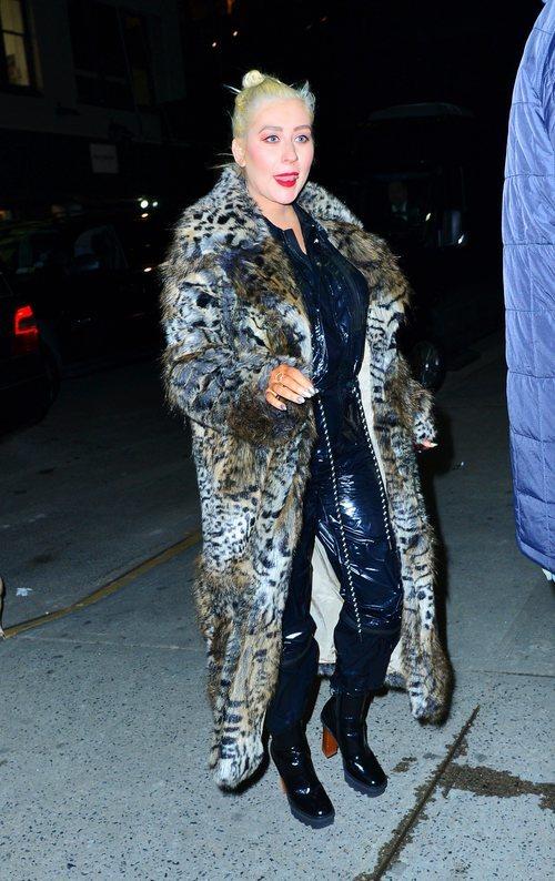 Christina Aguilera con un abrigo animal print y un total look de piel