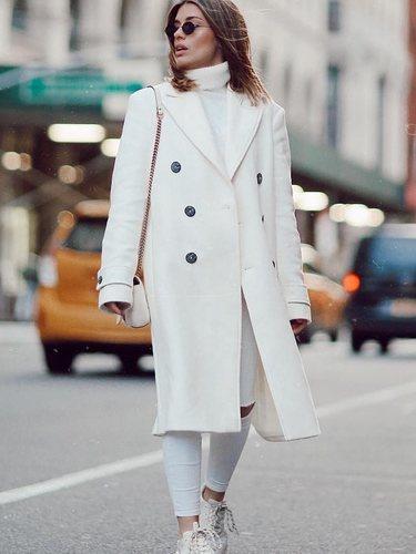 Dulceida con un total white look paseando por Nueva York