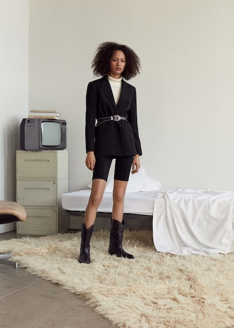 Modelo con un conjunto 'total black' de la nueva colección de Mango 2019
