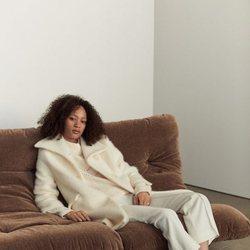 Modelo con un conjunto 'total white' de la nueva colección de Mango 2019