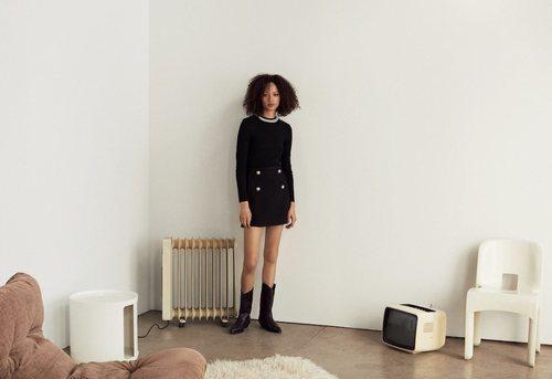 Modelo luciendo una falda negra de la nueva colección de Mango 2019