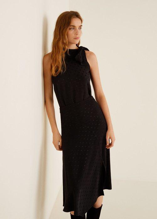 Modelo luciendo una falda midi negra de la nueva colección de Mango 2019