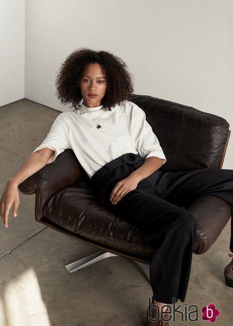 Modelo con un conjunto en color blanco y negro de la nueva colección de Mango 2019