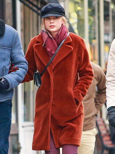 Taylor Swift paseando por Nueva York con un look un tanto desaliñado