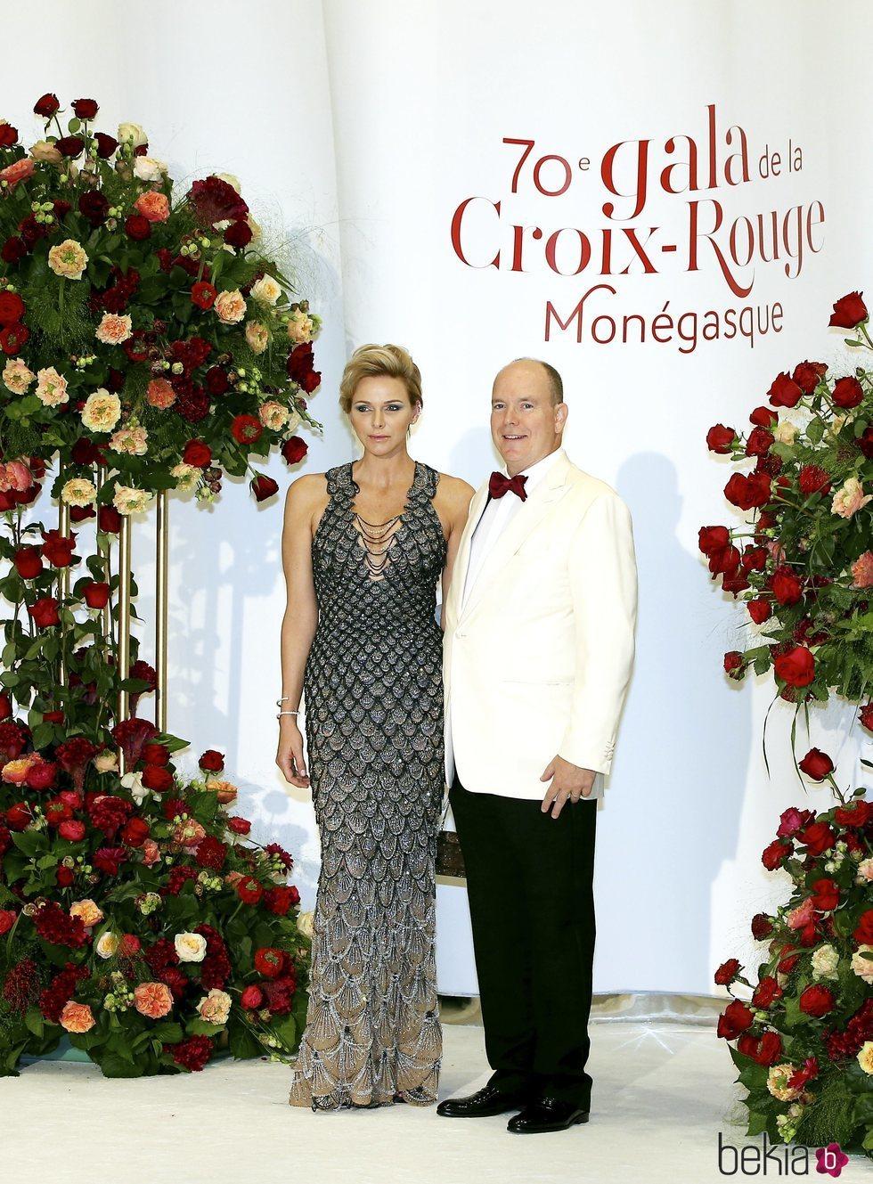 Los Príncipes Alberto y Charlene de Mónaco en el Baile de la Cruz Roja 2018