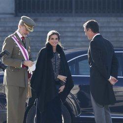 La Reina Letizia cubierta con una capa oscura durante la Pascua Militar 2019